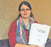 Bettina Bellmont hält stolz das Manuskript ihres neuen Fantasy-Romans in den Händen. (Bild: Christoph Hunziker)