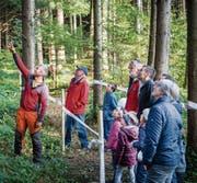 Staunende Gäste bei einer Präsentation am Tag des Schweizer Holzes im Diggetwald. (Bild: Urs Bucher)