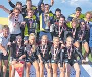 Schweizer Meister feiern auf der Rheininsel: Die Männer von Faustball Widnau und die Frauen vom TSV Jona. (Bilder: Ulrike Huber)