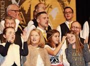 Kinder- und Männerchor singen gemeinsam. (Bild: Andrina Zumbühl)