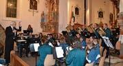 Überzeugender Auftritt: Dirigent Christian Schlegel, die Bürgermusik Wildhaus und die vier Solisten bei «Querfeldein», einer Polka von Lothar Gottlöber. (Bild: Adi Lippuner)