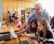 Pensionär Paul Germann ist ein gefragter Mann: Er hilft zwei Schülerinnen im Informatikunterricht weiter. (Bilder: Angelina Donati)