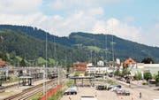 Ein wahrer Wald von Visieren ist beim Bahnhof Wattwil aus dem Boden geschossen, Vorboten der Überbauung Bahnhof-Süd. (Bild: Martin Knoepfel)