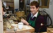 Goldschmied Paul Brent ist begeistert vom Leben in der Schweiz – typisch englischer Tee gehört aber immer dazu. (Bild: Stefan Feuerstein)