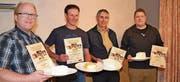 Von links: Thomas Stadelmann (AOP-Bloderkäse, 17,9 Punkte), Florian Tischhauser (Sauerkäse Tal, 19,2), Mathias Schnyder (Frischer Sauerkäse, 19,2) und Roland Gantenbein (Bloderkäse AOP, 17,9). (Bild: Adi Lippuner)