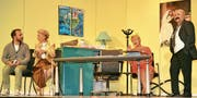 Seminar im Eheanbahnungsinstitut: Kevin Reich (Jan Miara, von links), Anna Meise (Silvia Graf) und Judith Spitz (Susan Gerhäuser) lassen sich von Sonja Rupp (Susi Miara) erklären, wie sie ihren Schwarm von der Ehe überzeugen können. (Bilder: Monika von der Linden)