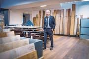 Ruedi Schrepfer, Verwaltungsratsdelegierter der Schuster AG, mit dem aktuellen Sortiment im Verkaufsraum in St.Gallen. (Bild: Urs Bucher)