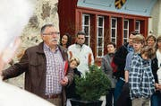 Norbert Hälg (l.) erzählt von der Geschichte des Schlosses Oberberg. (Bild: Rafael Rohner)