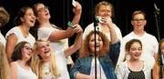 Auch die Jugendlichen des Wahlfachs Musik hatten drei moderne Songs mit kleinen Choreografien einstudiert. (Bild: PD)