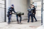 Einer der Betrunkenen ging auch auf die Polizisten und Passanten los. (Bild: Stapo/Symbolbild)