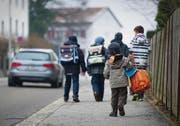 Kinder sollen den Schulweg ohne Erwachsene zurücklegen. So lernen sie, sich selbständig zu bewegen. (Archivbild: Urs Bucher)
