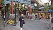 Cécile Ottiger auf dem Weg zur Besichtigung des Lama Tempels mit ihrem Mann, der fotografiert hat. (Bild: René Ottiger)