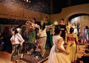 Frauen aus aller Herren Ländern präsentierten an der internationalen Modeschau in der Offenen Kirche ihre Kleider. (Bild: PD/ Augustin Saleem)