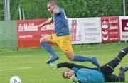 Dritter Doppelpack im vierten Pflichtspiel des Frühlings: Dursun Karatay erzielt gegen Widnaus Torhüter Marco Lenz das zweite Tor des Spiels. (Bild: Ulrike Huber)