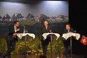 Roger Köppel diskutierte unter der Leitung von Urs M. Hemm mit Lukas Wegmüller (von links). (Bild: Ruben Schönenberger)