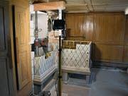 Nachdem die Böden im Haus Keller gesenkt sind, wird im Wohnbereich der rund 200-jährige Bleiker-Ofen wieder aufgebaut. (Bild: Anina Rütsche)