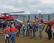 Warteschlange vor dem Rega-Helikopter Eurocopter EC145. (Bild: Corinne Allenspach)