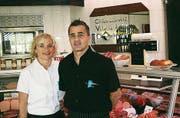 Sandra und Daniel Wegmann vor der neuen Fleischtheke. (Bild: Helena Gunsch)