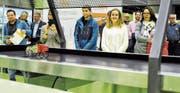 Severin Hutter und Chiara Dünser (in der Bildmitte) haben Technik und Kreativität zusammengebracht und mit ihren Solarmobilen einen Klassenpreis gewonnen. Solche Köpfe wünschen sich die Rheintaler Industrieunternehmen für ihre Belegschaft. (Bild: Max Tinner)