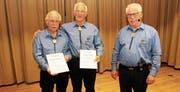 Die Toggenburger Hans Aggeler (links) und Josef Meili wurden von Präsident Florian Zogg (rechts) zu Ehrenmitgliedern ernannt. (Bild: PD)