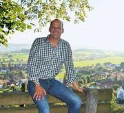 Simon Thalmann geniesst den Ausblick vom Schloss Zuckenriet auf die Gemeinde Niederhelfenschwil. (Bild: zi.)