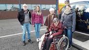 Hans Tobler, Claudia Kühne, die Passagierinnen Alice Lutz und Elisabeth Hollenstein, Cornelia Koller sowie der Pilot des Helikopterunternehmens (von links). (Bild: PD)