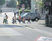 Schulkinder überqueren die St. Georgen-Strasse. (Bild: Michel Canonica)