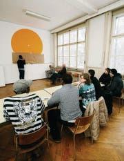 Lehrer, Schulleiter und Flüchtling Charles Dalo unterrichtet seine internationale Schülerschar. (Bild: Reto Martin)