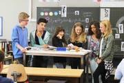 Eine Oberstufenklasse setzt sich im Umweltunterricht von Pusch mit Umweltfragen auseinander. (Bild: PD)