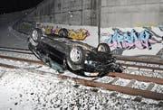Das Auto blieb auf dem Dach liegen. (Bild: Kapo SG)