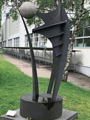 Der Uzwiler Künstler Georges Radzik hat die Metallskulptur entworfen, Mitarbeiter der Firma Bühler haben sie aufgebaut. (Bild: PD)
