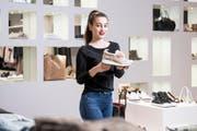 Andreia Teixeira, in Ausbildung bei Frauenwerk, Shopping Arena St. Gallen, zeigt einen Edelsneaker von Liu Jo. (Bild: Mareycke Frehner)