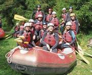 Bevor der Aufstieg zur Lischanahütte in Angriff genommen wurde, bekamen die Mitglieder des Turnvereins eine Lektion im kalten Wasser des Inns. (Bild: PD)