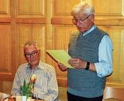 Dölf Sprenger (rechts) dankte seinem Vorgänger Beat Diethelm mit einer Ehrenurkunde und einem Präsent. (Bild: pd)