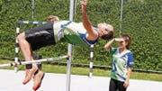 Fredy Baumgartner vom STV Lüchingen hat keine Mühe, die aufgelegte Höhe zu überspringen. (Bilder: Mäx Hasler)