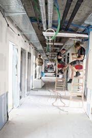 Elektriker im Neubautrakt des Spitals Wattwil. (Bild: Martin Knoepfel)
