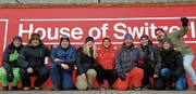 Skicross-Fans besuchen das House of Switzerland (von links): Marlen Fuchs, Michael Willers, Marc Zürcher, Isabella Deiss, Marc, Beni und Sven Bischofberger, Simone Dürr sowie Raphael Thür. (Bild: pd)