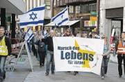 Der erste Stadtsanktgaller Marsch des Lebens mit Transparenten und Israel-Fahnen am Mittwochabend in der Neugasse. (Bild: Reto Voneschen)
