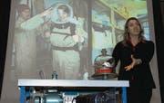 «In zehn Jahren zum Mars»: Barbara Burtscher an einem öffentlichen Vortrag an der Kanti Wattwil im Januar 2010. (Bild: Hansruedi Kugler)