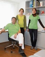 Zu dritt im Einsatz für die Gesundheit der lokalen und regionalen Bevölkerung: Brigitte Graf und Ariana Crottogini (hinten von links) sowie Helmut Wehr. (Bild: Andrea Häusler)