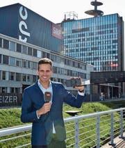 Fernsehstudio Leutschenbach: Mit Smartphone und Mikrofon ausgerüstet realisiert Marcel Anderwert Beiträge für die Tagesschau. (Bild: MC)