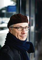 Christoph Badertschers Krimis handeln oft in Kleinstädten. Das widerspiegle wohl seine Herkunft. (Bild: Michel Canonica)