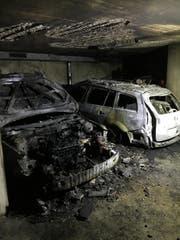 Der Mazda links und der Renault rechts sind vom Brand komplett zerstört. (Bild: PD)