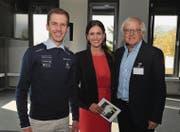 Die Stargäste Simon Ammann und Gilbert Gress mit Moderatorin Claudia Eggenberger. (Bild: Heini Schwendener)