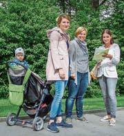 Nadja Munafo unterschreibt die Petition von Wilma Moritzi (Mitte) und Franziska Frei. (Bild: Jil Lohse)