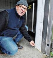 Klärwerkmeister Martin Niedermann zeigt, wie sich die Silikon-Fugendichtungen lösen, hier gleich beim Eingang in den Kühlraum. Die Fugen müssen neu verfüllt werden. (Bild: Max Tinner)