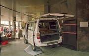 Mit einem Kleinbus raste der Mann 1999 in die Eingangshalle des Rathauses. (Bild: Keystone/Archiv)