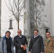 Meinrad Gschwend, Ruedi Mattle, Andreas Jung, Ivo Blöchlinger zeigen sich (v. l.) vor den beiden geschenkten Sommerlinden. (Bild: Damian Neuländner)