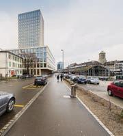 Links des Trottoirs darf ab sofort nicht mehr parkiert werden. Und rechts soll der Rosenbergplatz entstehen. (Bild: Hanspeter Schiess)