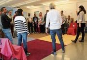 Die Schülerinnen und Schüler der Quartierschule sprechen der Kursleiterin im Chor einfache Sätze nach. (Bild: Martin Knoepfel)